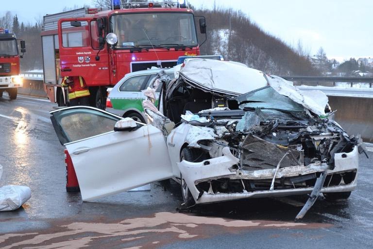 Schwerste Kopfverletzung Erlitt Der Beifahrer Eines BMW Bei Einem Unfall Am Samstagnachmittag Auf A9 Pegnitz Foto Feuerwehr Via Facebook