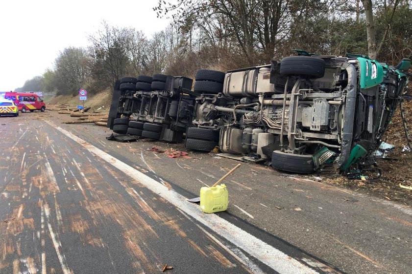 Spektakulärer Unfall Holz Transporter Auf Der A9 Verunglückt