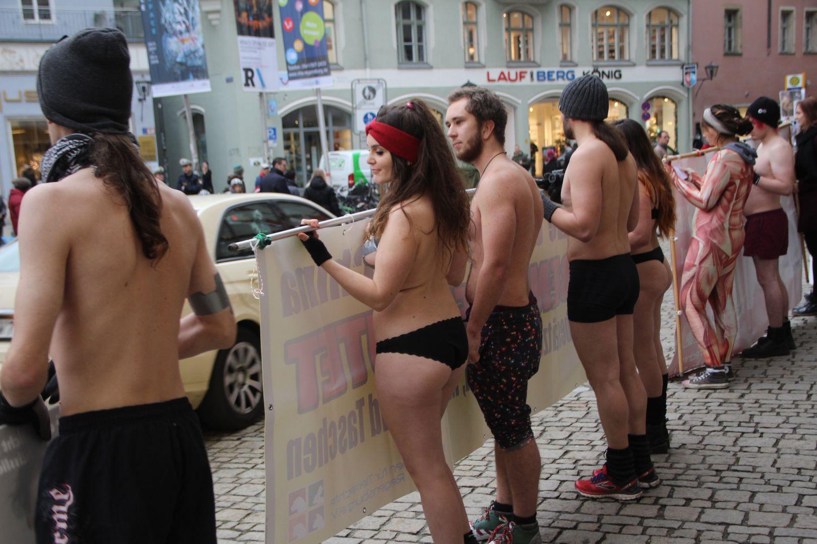 Die frau durch läuft stadt nackt Eine Frau
